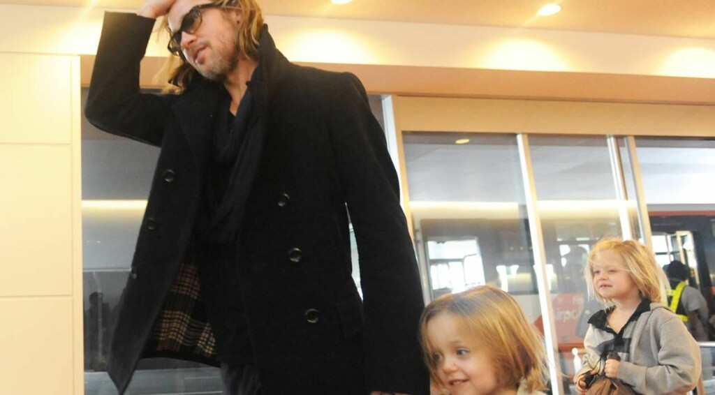 HOLDT HENDER: Brad og Knox holdt hender på vei gjennom Haneda-flyplassen i Tokyo. Bak dem gikk Shiloh med samme sveis som pappa. Hundrevis av fans hadde møtt opp for å få et glimt av superfamilien. Foto: All Over Press