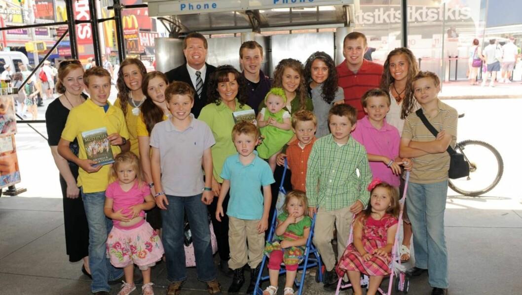 Jim Bob og Michelle Duggar fra realityserien «19 kids and counting» med sine 19 barn. Snart blir barneflokken økt med en gutt eller jente til. Foto: All Over Press