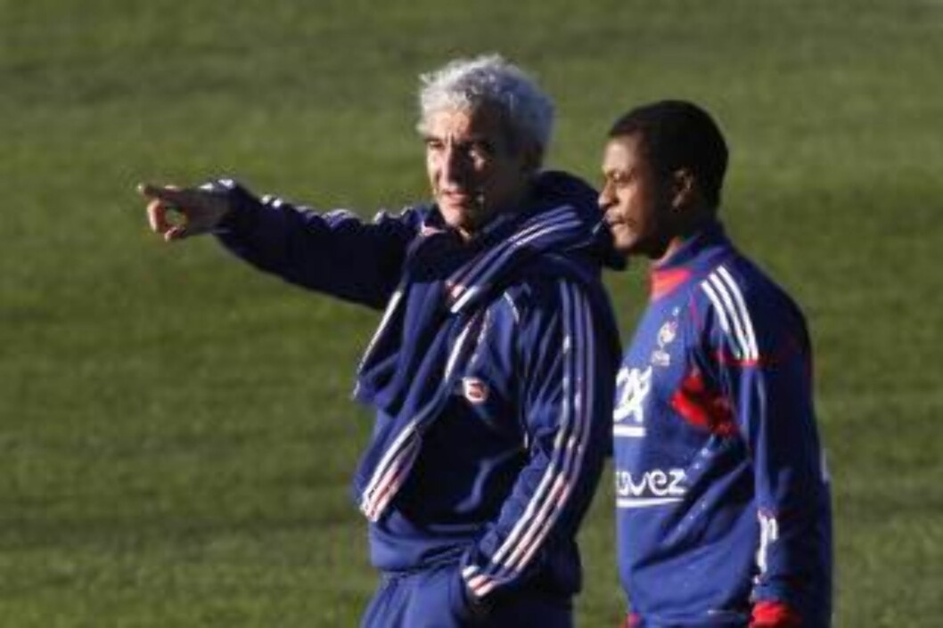 <strong>NY SJEF:</strong> Raymond Domenech gjorde Evra til kaptein, og det endte med franske skandaler i VM. Foto: AP/Francois Mori