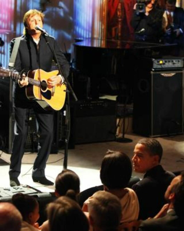 <strong>LEVER:</strong> Paul McCartney er ikke død, slik som «tulledokumentaren» hevder. Her sammen med president Barack Obama i tidligere i sommer. Foto: Scanpix.