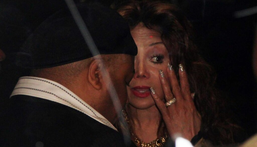 TØRKET TÅRER: - Murray var til stede i rettssalen og det er grunnen til at dette er en seier, sa Michaels søster, La Toya Jackson, etter at Michael Jacksons lege Conrad Murray mandag ble funnet skyldig i uaktsomt drap. Foto: All Over Press