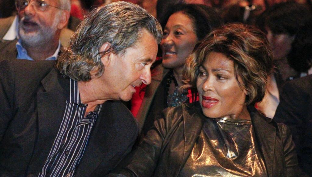 ELDRE: Tina Turner har fått en mer sofistikert stil på sine eldre dager. Her sammen med en venn i anledning promotering av hennes nyeste album «Children Beyond» i Zurich i septmeber i år. Foto: FAME FLYNET