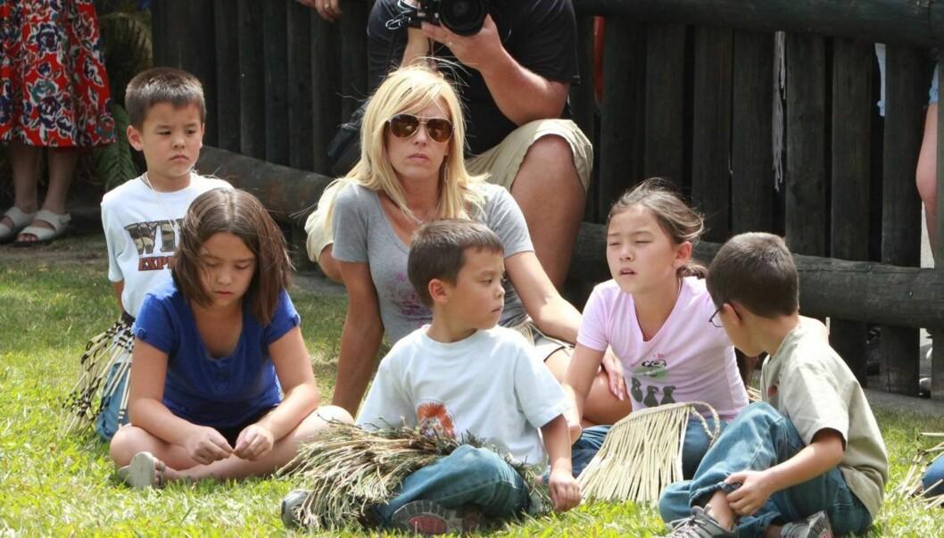 STOR FAMILIE: Kate Gosselin har gjort TV-karriere ved å la kameraene følge dagliglivet hennes. Her er hun sammen med fem av sine åtte barn. Foto: All Over Press