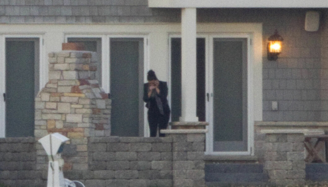 BRAST I GRÅT: Kim Kardashian så ut som hun gråt da hun sto utenfor huset til ektemannen Kris Humphries.  Foto: All Over Press