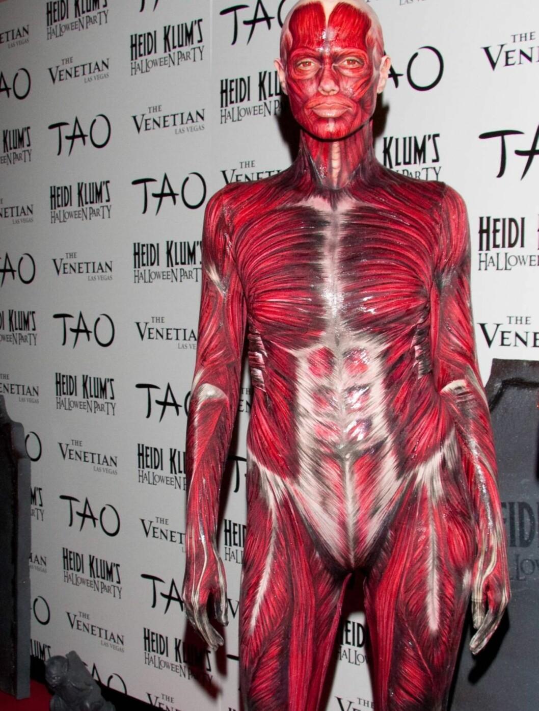 MUSKELBUNT: Heidi Klum hadde kledd seg ut som en muskelbunt... Foto: All Over Press