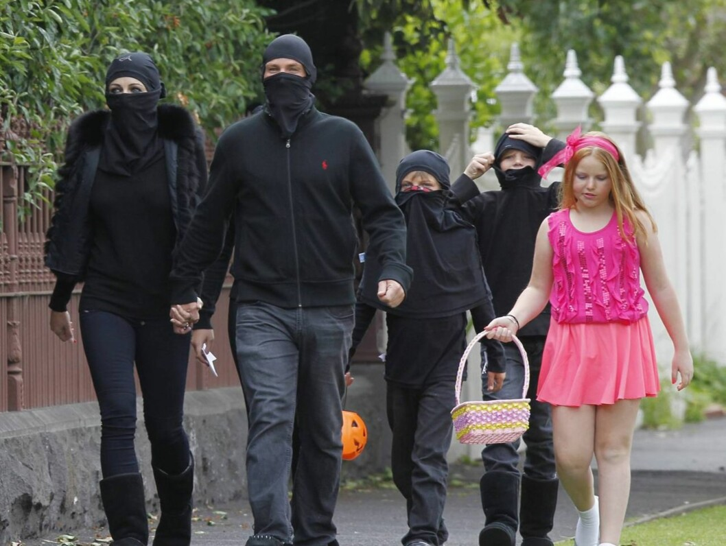NINJA: Liz Hurley og kjæresten Shane Warne hadde tatt med alle barna på trick og treat. Hele familien var kledd ut som ninjaer, utenom Shanes datter som ville være en rosa prinsesse. Foto: All Over Press