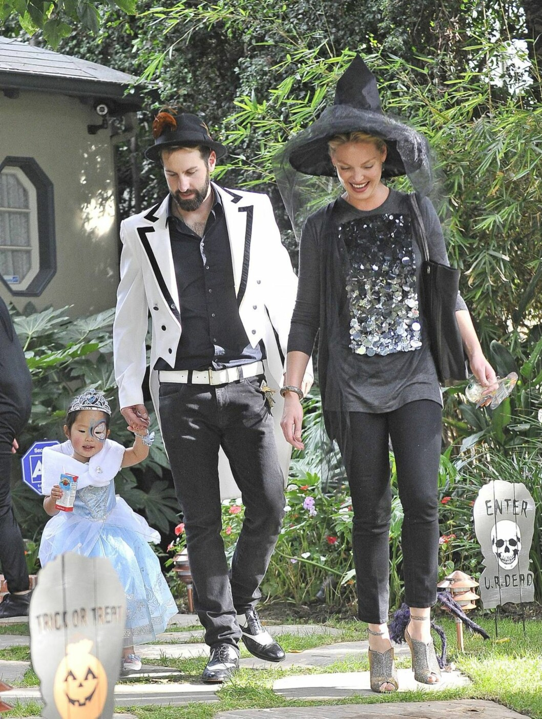 HELE FAMILIEN: Katherine Heigl og ektemannen Josh Kelley er sammen med sin datter Naleigh på vei til halloweenfest i Hollywood Hills. Foto: All Over Press