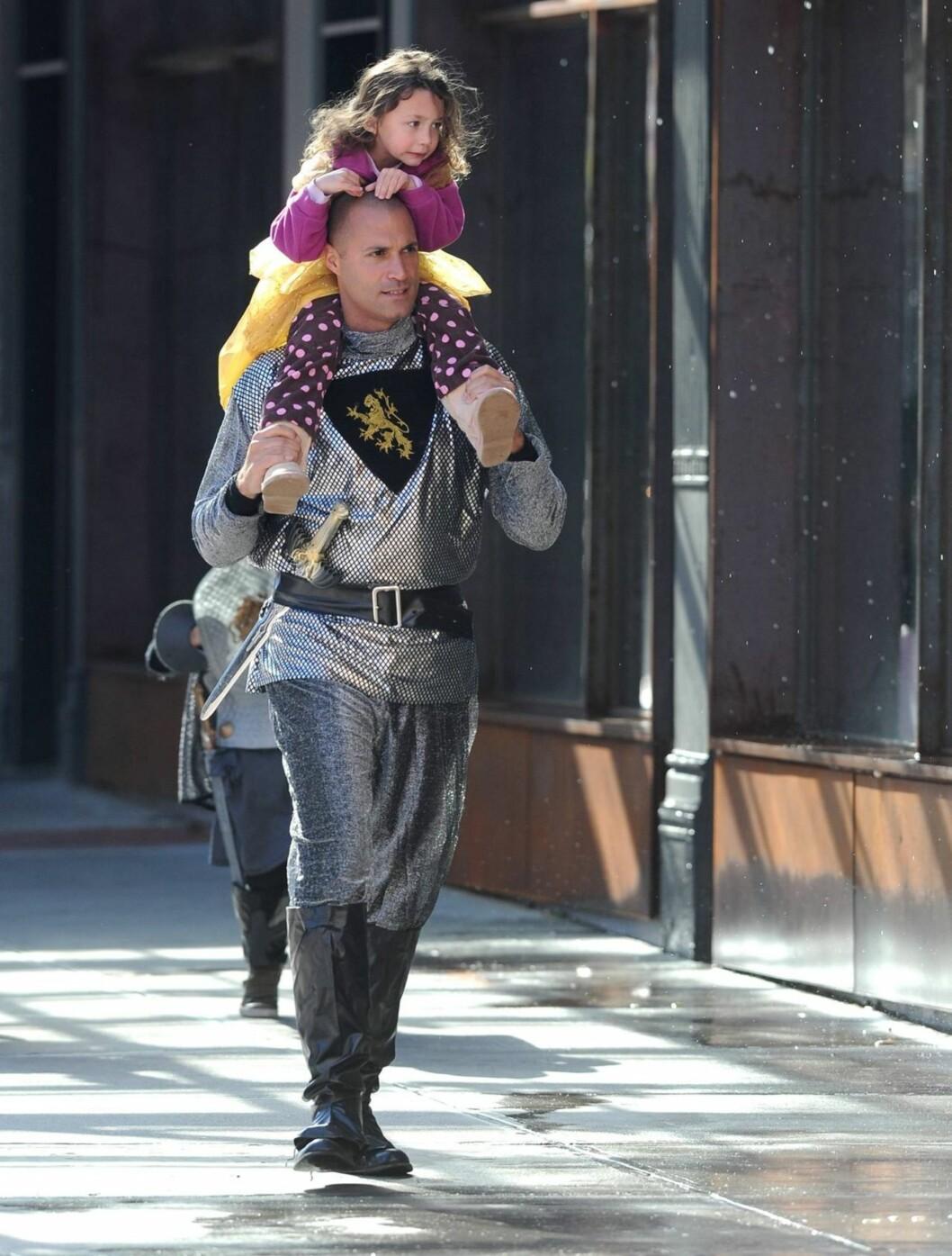 RIDDER: Top Model-dommer og fotograf Nigel Barker er kledd ut som ridder, mens datteren Jasmine har kledd seg ut som prinsesse for anledningen.  Foto: All Over Press