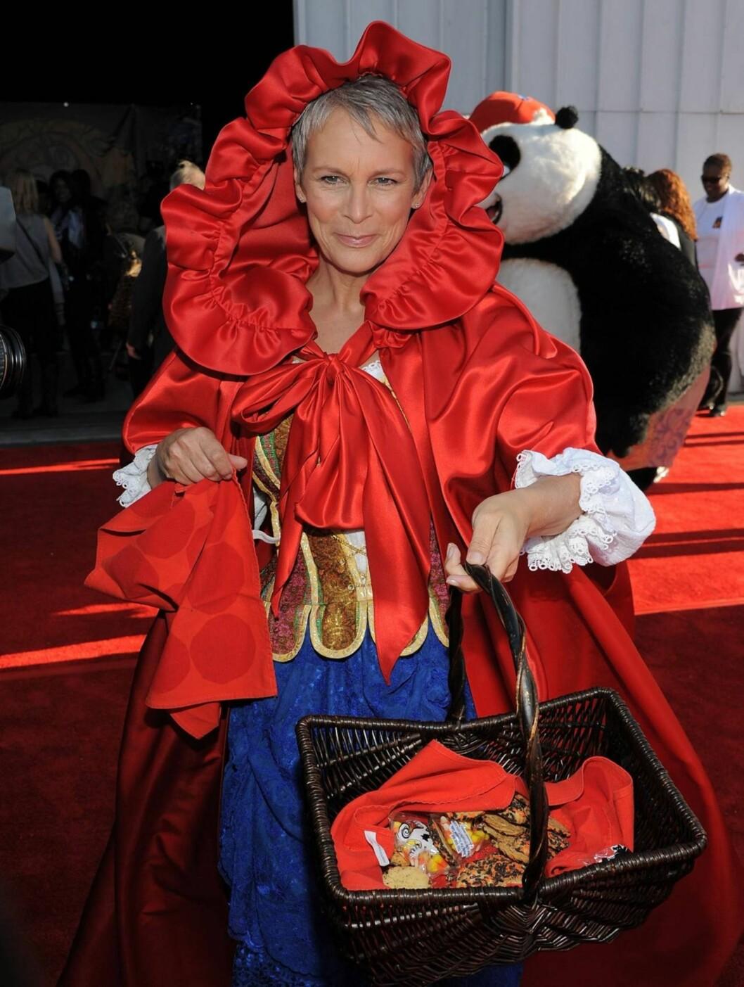 HALLOWEEN-MOR: Jamie Lee Curtis, kjent fra Halloween-filmene, hadde kledd seg ut som Rødhette. Foto: All Over Press