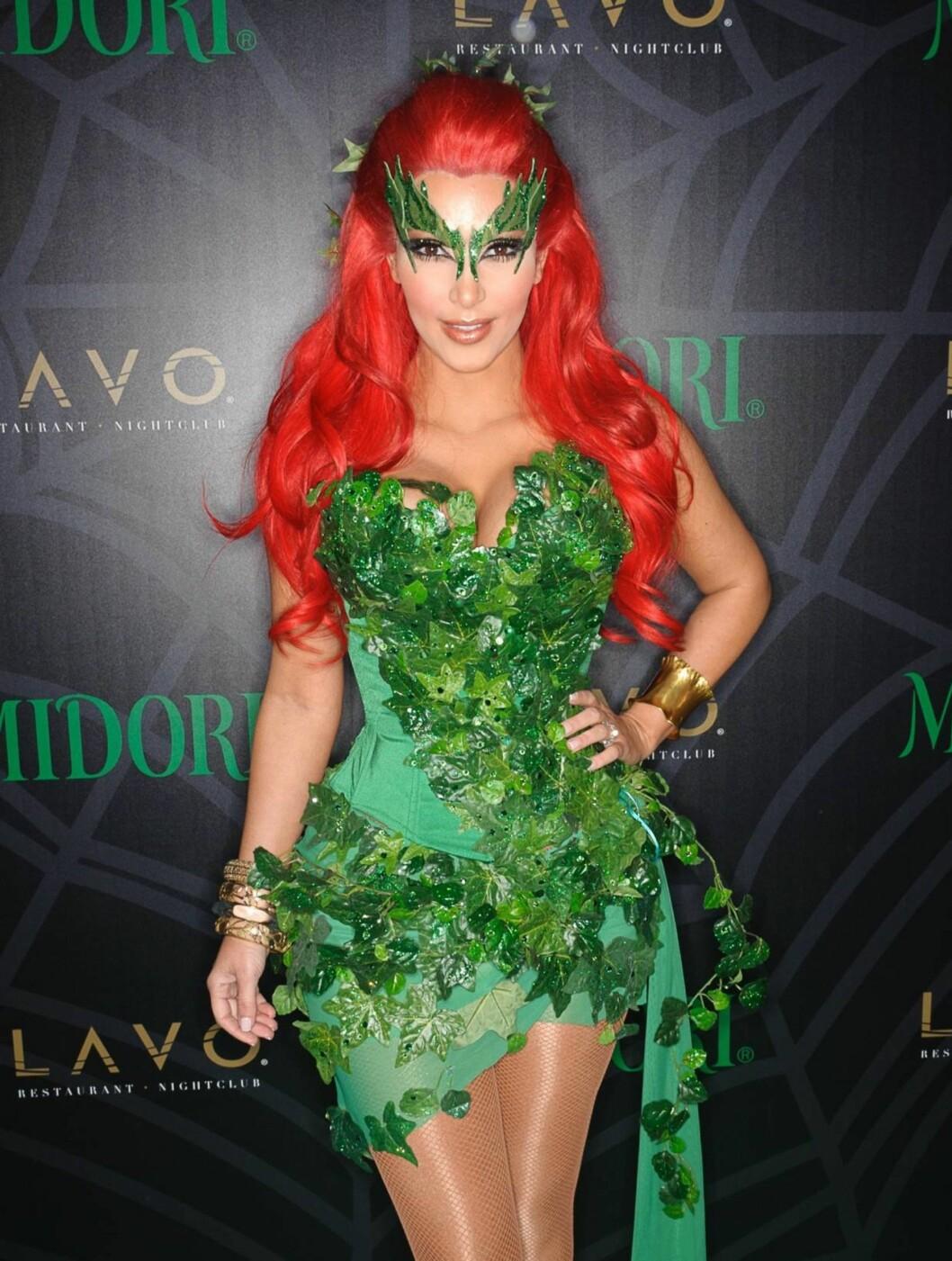 TEGNESERIEFIGUR: Kim Kardashian hadde kledd seg ut som tegneseriefiguren Poison Ivy på halloweenfest i New York. Foto: All Over Press
