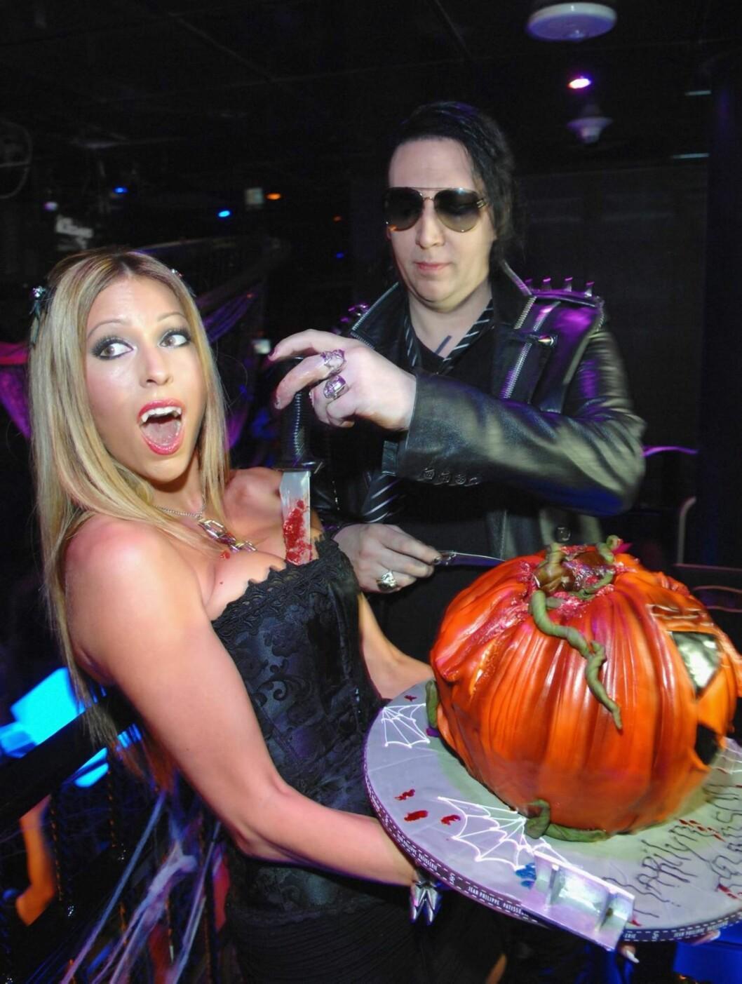 KOM SOM SEG SELV: Marilyn Manson hadde kledd seg ut som... nei, vent. Manson kom som seg selv på halloweenfest i Las Vegas. Foto: All Over Press