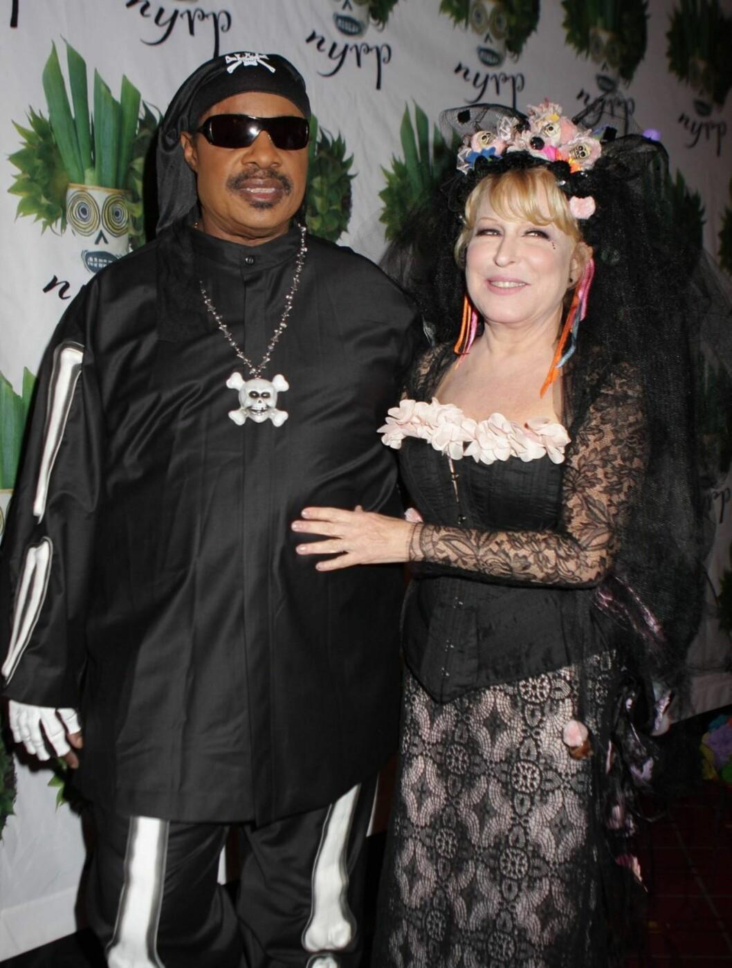 PARTY: Bette Midler arrangerte sin sekstende halloweenfest i New York. Her med Stevie Wonder. Foto: All Over Press
