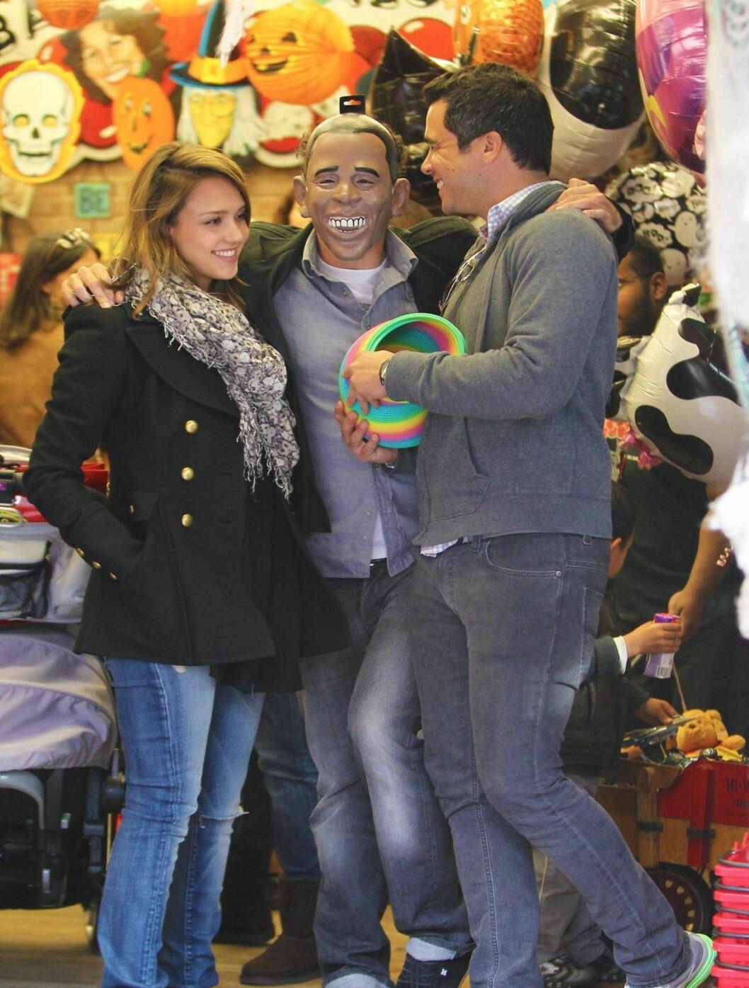 OBAMA: Jessica Alba og ektemannen Cash Warren handlet inn til halloween i helgen. Kanskje ble Warren inspirert av kompisen til å gå med Barack Obama-maske på festen senere på kvelden?  Foto: All Over Press