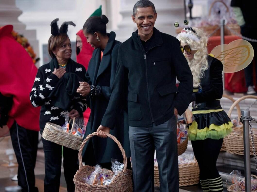 DELTE UT GODIS: Obama selv var opptatt med å dele ut godterier i anledning at han og kona Michelle arrangerte halloweenfest for barn av miliærfolk i Det Hvite Hus i Washington i helgen. Foto: All Over Press