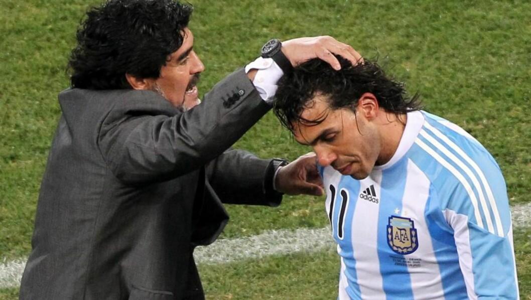 <strong>STØTTER GAMLESJEFEN:</strong> Her får Carlos Tevez et kjærtegn fra Diego Maradona etter spissens to mål mot Mexico i VM. Foto: EPA/RUNGROJ YONGRIT