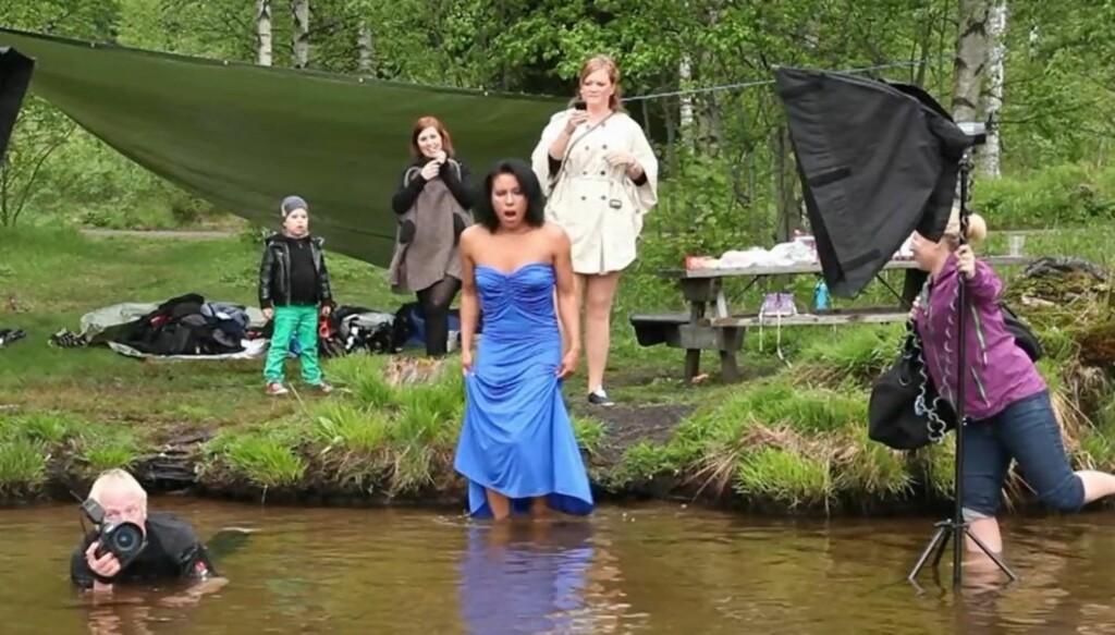 KULDESJOKK: Bokseren så ikke like fornøyd ut i det hun trådde ut i det kalde vannet.  Foto: Tor Lindseth/Se og Hør
