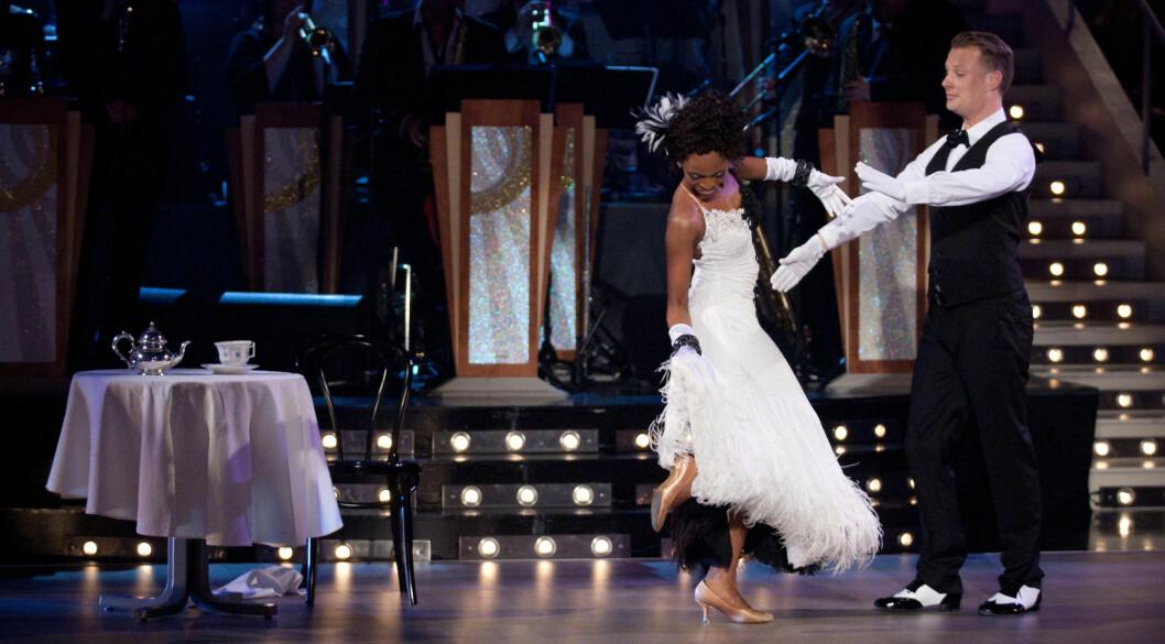 <strong>NESTEN-KATASTROFE:</strong> Stella Mwangis kjole hang seg fast i skoen under lørdagens «Skal vi danse». Heldigvis - for Stella - ble hun ikke stående naken igjen på parketten.  Foto: Audun Braastad/ Stella Pictures
