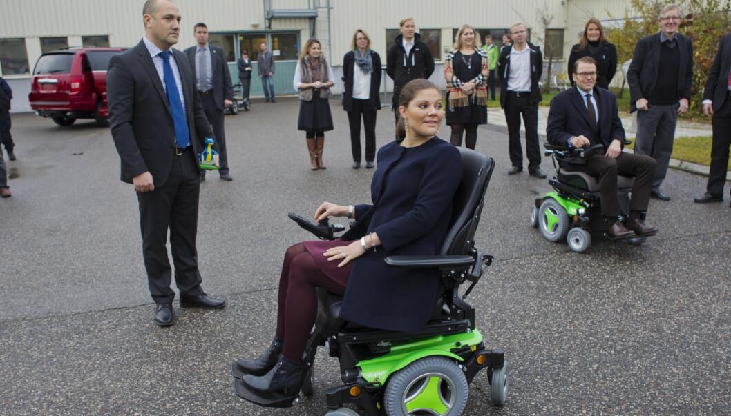 """I RULLESTOL: Gravide kronprinsesse Victoria """"skremte"""" svenskene da hun nylig ble avbildet i rullestol. Men alt er bra med prinsessen som kun prøvde rullestolen under et bedriftsbesøk.  Foto: Stella Pictures"""