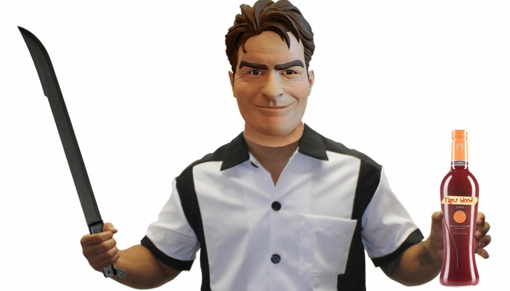 SKUMMELT KOSTYME: Amerikanerne vil kle seg ut som Charlie Sheen under årets Halloween-feiring. Butikkene er snart utsolgt for de populære maskene.  Foto: All Over Press