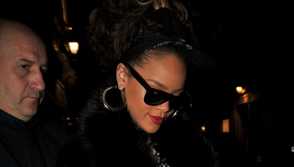 FREKK HANDLETUR: Rihanna er ikke som andre turister og kjøpte med seg håndjern og sexy undertøy under sitt opphold i Paris.
