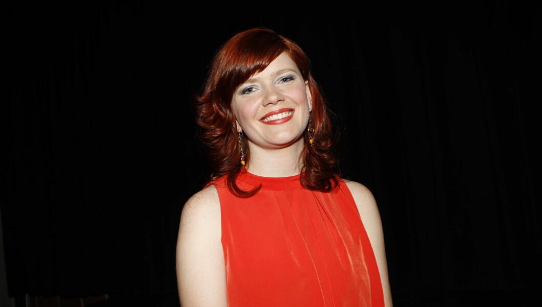 RØDTOPP: Kirsti Sørlie Hansen vil ikke miste det røde håret, et av kjennetegnene som skiller henne fra de andre andre deltagerne.  Foto: Stella Pictures