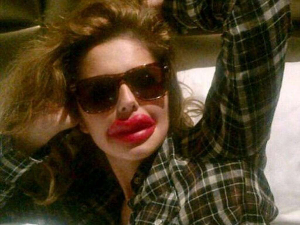 HUMORISTISK: Popstjernen Cheryl Cole har bestandig satset på naturlig skjønnhet - derfor var det mange som ble overrasket da hun i helgen la ut dette bildet av seg selv på Twitter. Heldigvis var trutmunnen en spøk. Foto: © Cheryl Cole/ Twitter