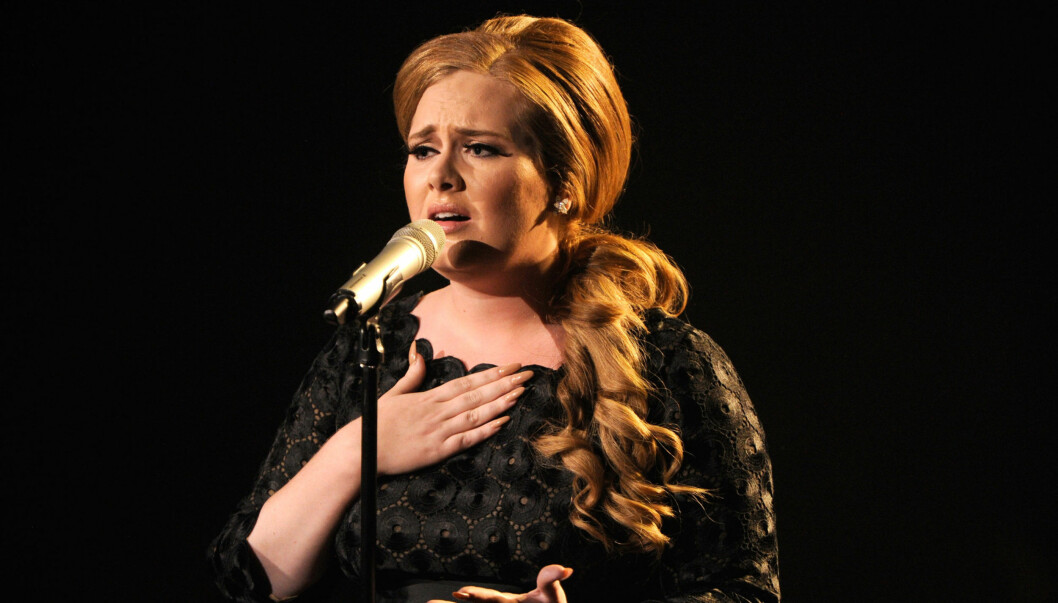 SLITER MED STEMMEN: Den britiske sangstjernen Adele må legge seg under kniven for å operere stemmebåndene sine. Dermed er resten av årets konserter avlyst for 23-åringen. Her er hun avbildet under sin opptreden på  MTV Video Music Awards i Los Angel Foto: All Over Press