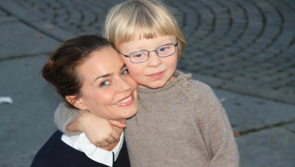 MED SØNNEN: Agnes Kittelsen tok med seg sønnen Vetle (5) for å se pappa Endre Hellestveit i premierevisningen av «Rockeulven» på Nationaltheatret. Foto: Anders Myhren/ Seher.no