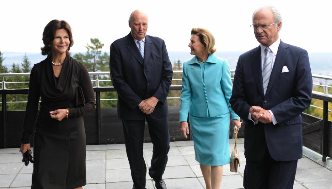 SAMMEN: Det svenske og det norske kongeparet er sammen i New York, og får selskap av prinsesse Madeleine og det danske kronprinsparet også. Her fra et besøk på Voksenåsen hotel i Oslo i 2010. Foto: Stella Pictures