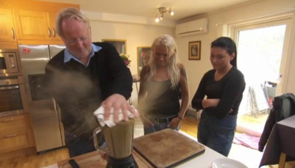 TIL ALLE KANTER: Alt går ikke etter planen når Hellstrøm tar blenderen i bruk i torsdagens episode av «Hellstrøm rydder opp hjemme». Foto: TV3