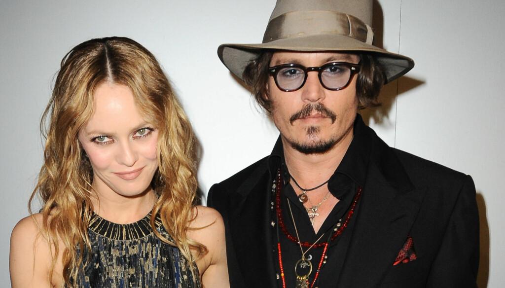 FORELSKET: Senest i august ble Johnny Depp pg Vanessa Paradis fotografert i hete omfavnelser på en luksusyacht i Frankrike, men ryktene går likevel om at forholdet er i usikkert farvann. «Pirates»-stjernen forteller imidlertid om sin kjærlighet til P Foto: Stella Pictures