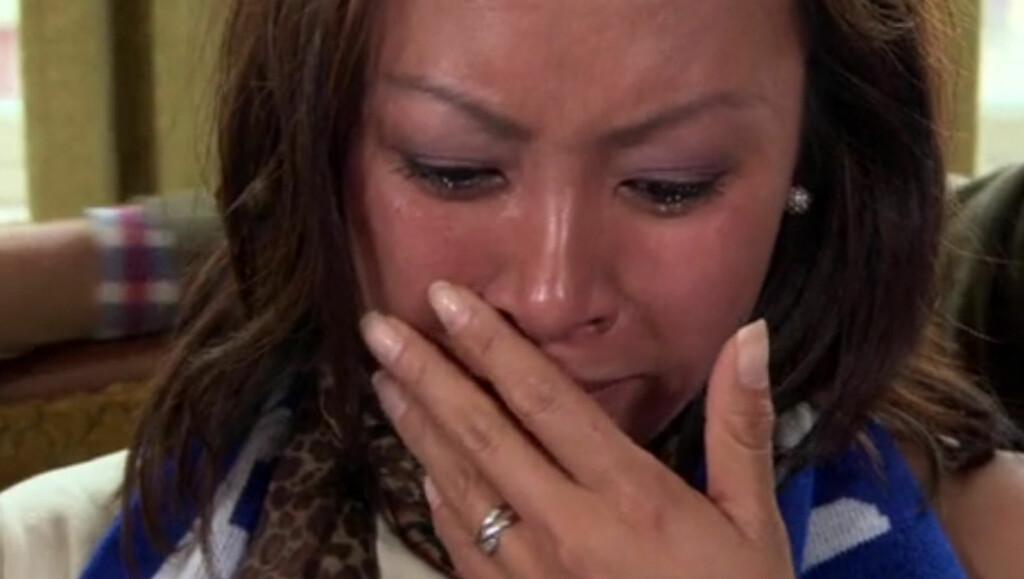 TOK TIL TÅRENE: NRK-programlederen Phung Hang klarer ikke å holde å gråten tilbake, når hun får se avisutklipp om voldsepisoden mot faren i TV3-programmet «Det blir bedre». Foto: TV3