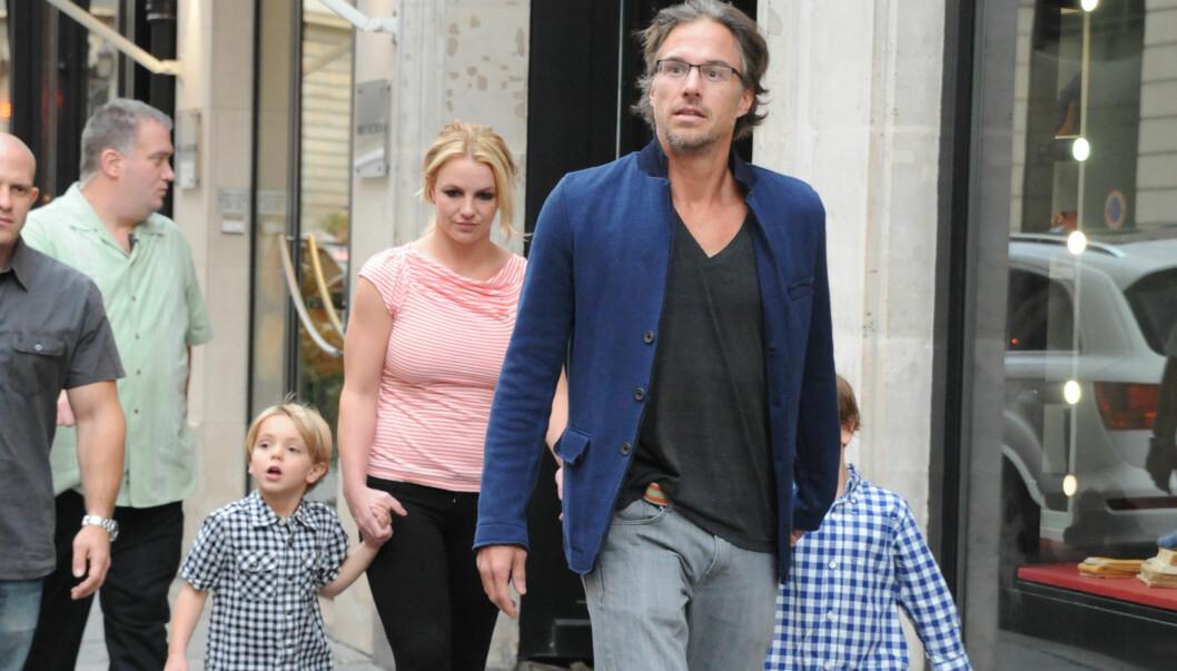 UT PÅ TUR: Britney og kjæresten Jason Trawick tok med popstjernens sønner Jayden og Sean Preston på tur rundt da de nylig var i Paris.