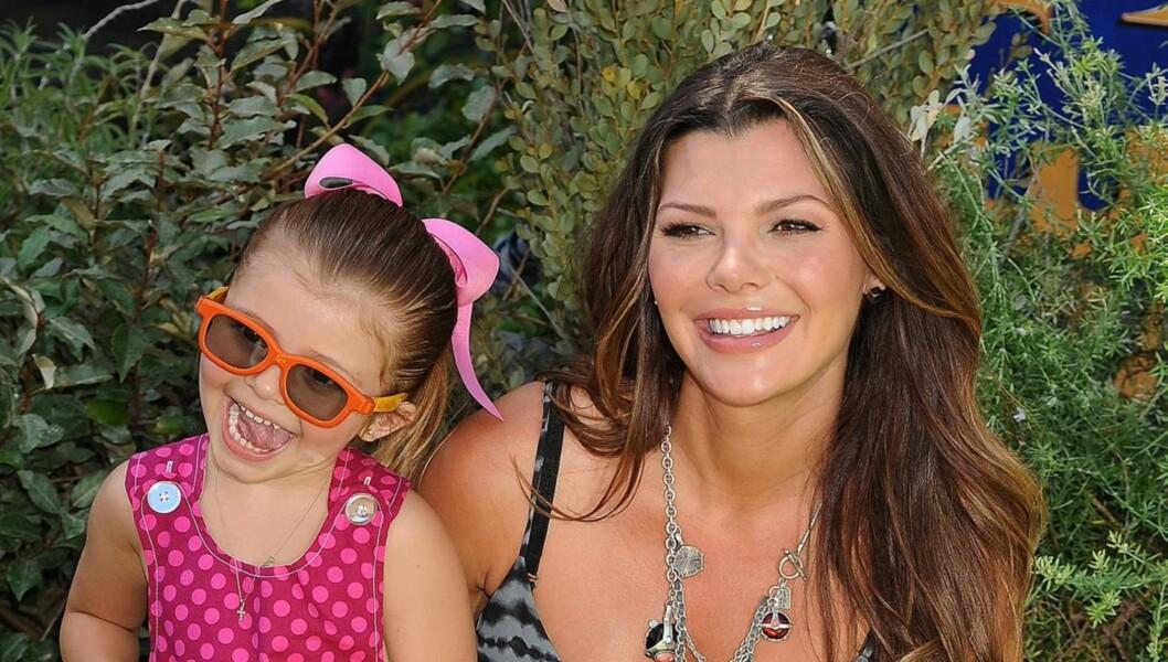 JUBLER: Ali Landry jubler over å ha blitt mamma igjen. Her er hun like før fødselsen sammen med datteren Estela. Foto: All Over Press