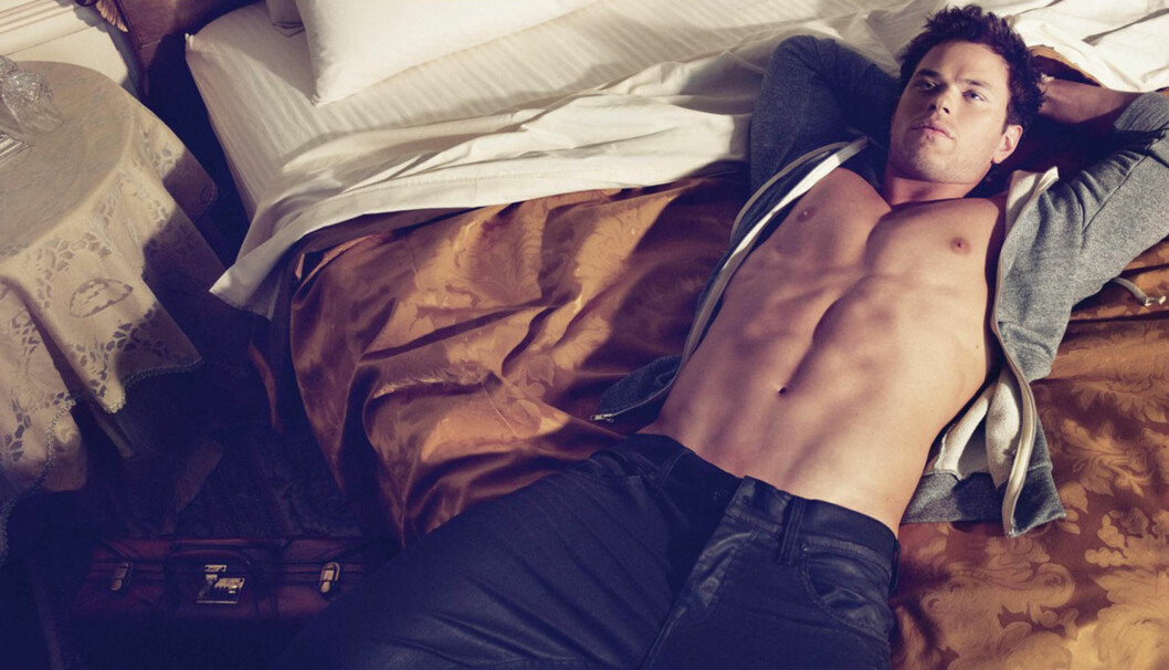 <strong>STADIG OFTERE UTEN SKJORTE:</strong> Kellan Lutz kaster skjorta i en reklame for Dylan George and Abbot . Siden da har han pumpet seg opp ytterligere.  Foto: STELLA PICTURES
