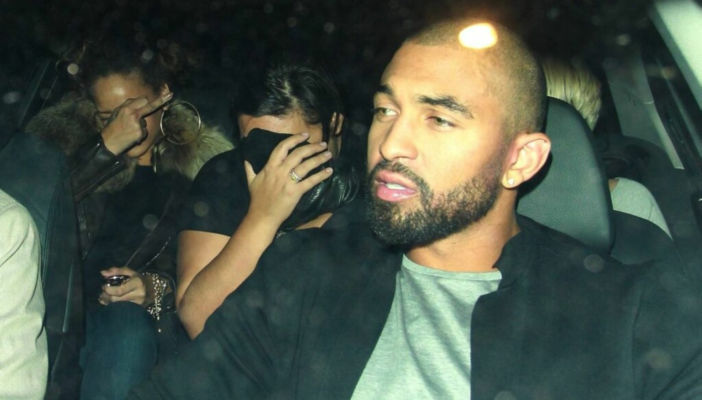 FIKK LAPDANCE: - Rihanna kunne ikke motstå fristelsen til å betale for en lap-dance. Hun så ut til å elske å se jentene i aksjon, sier en kilde om Rihannas besøk på strippeklubben Stringfellows. Her forlater hun stedet sammen med blant annet sin ek Foto: All Over Press