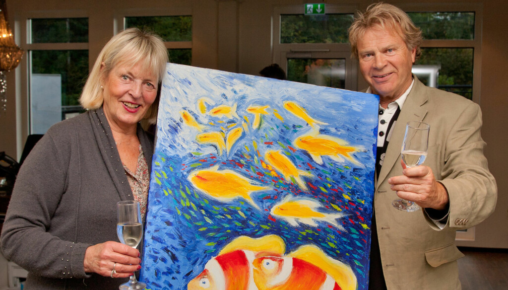 FEIRER FISKENE: I år er det 20 år siden han malte sine første fisk under vann. Dette ble markert med en stor maleriutstilling i Vollen i Asker, hvor kona Wenche selvsagt var til stede. Foto: Svend Aage Madsen