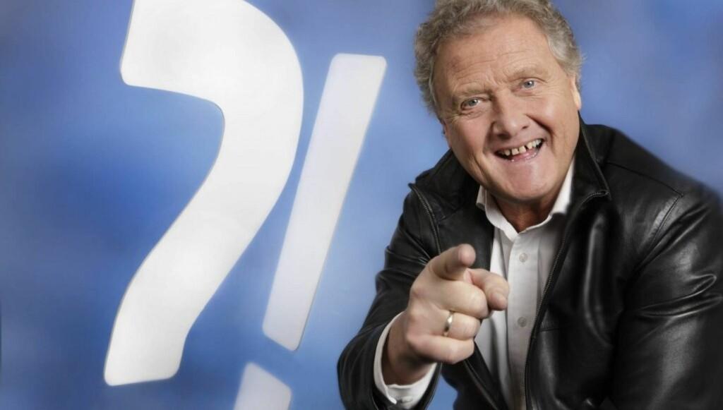 QUIZMASTER: Dan Børge er å se på i NRK-programmet «QuizDan», hvor han peprer deltakerne med spørsmål om stort og smått. Foto: NRK