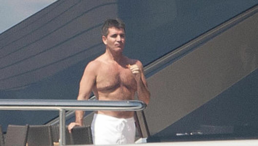 VISER MUSKLER: Cowell trener hardt for å holde på musklene.  Foto: All Over Press