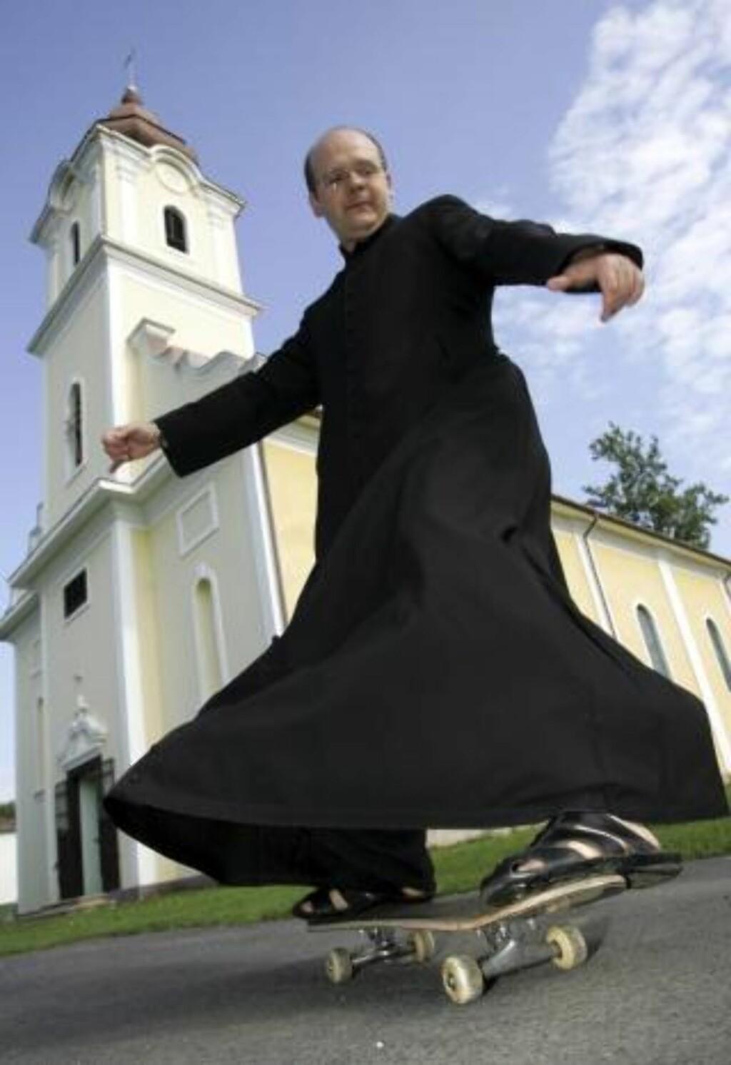 SKATEPREST: Zoltan Lendvai (45) vil lokke unge til Jesus med rullebrett. Foto: AP