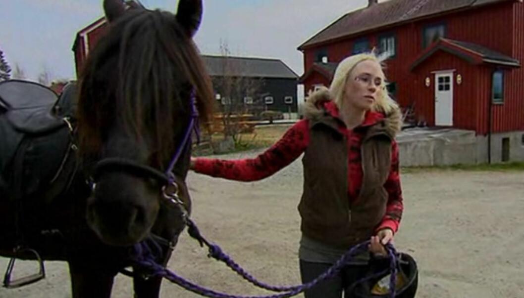<strong>TERAPI:</strong> Bente  fra Trondheim mener at den daglige kontakten med hestene har fungert som terapi for å komme over sorgen. Foto: TV 2