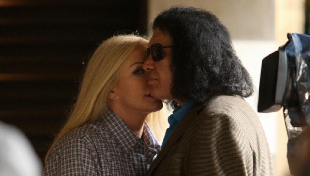 I WAS MADE FOR LOYING YOU: Etter 28 år som kjærester, er Kiss-medlemmet Gene Simmons og Shannon Tweed nå blitt mann og kone. Foto: Stella Pictures