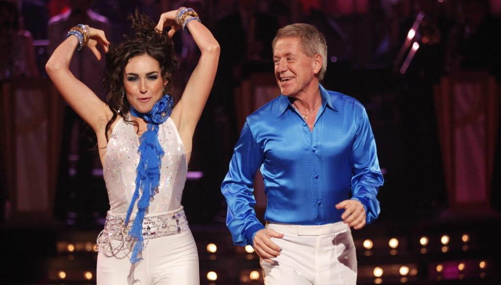 SMERTER: Rune Larsen og Olga Divakova gjorde lørdag sin beste dans hittil i «Skal vi danse», men bak Runes smil skjulte det seg intense smerter. Foto: Stella Pictures