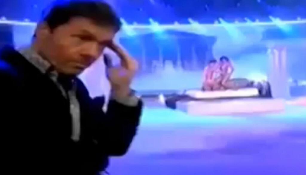 SJOKKERT: Programleder Mario Tinelli rister på hodet etter at Cinthia Fernandez ender opp i Evas drakt i argentinske «Skal vi danse».