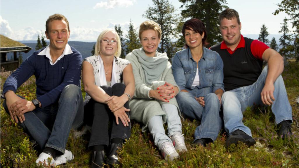 JAKTER KJÆRLIGHETEN: Svein Bøylestad, Bente Fremo, Linda Bjørnes, og Roar Husetuft er de fire bøndene som i disse dager er å se i «Jakten på kjærligheten». Her er de avbildet sammen med programleder Marthe Sveberg Bjørstad. Foto: TV 2