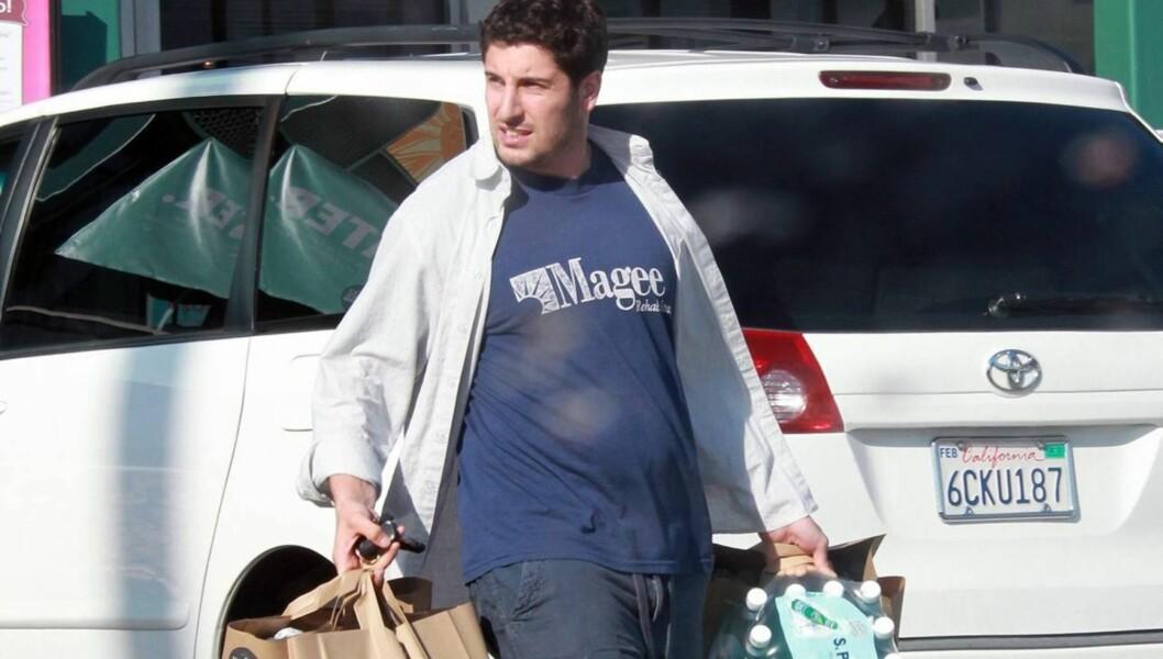 NÅ: En noe rundere Jason ble knipset på vei ut av matbutikken i LA i forrige uke.