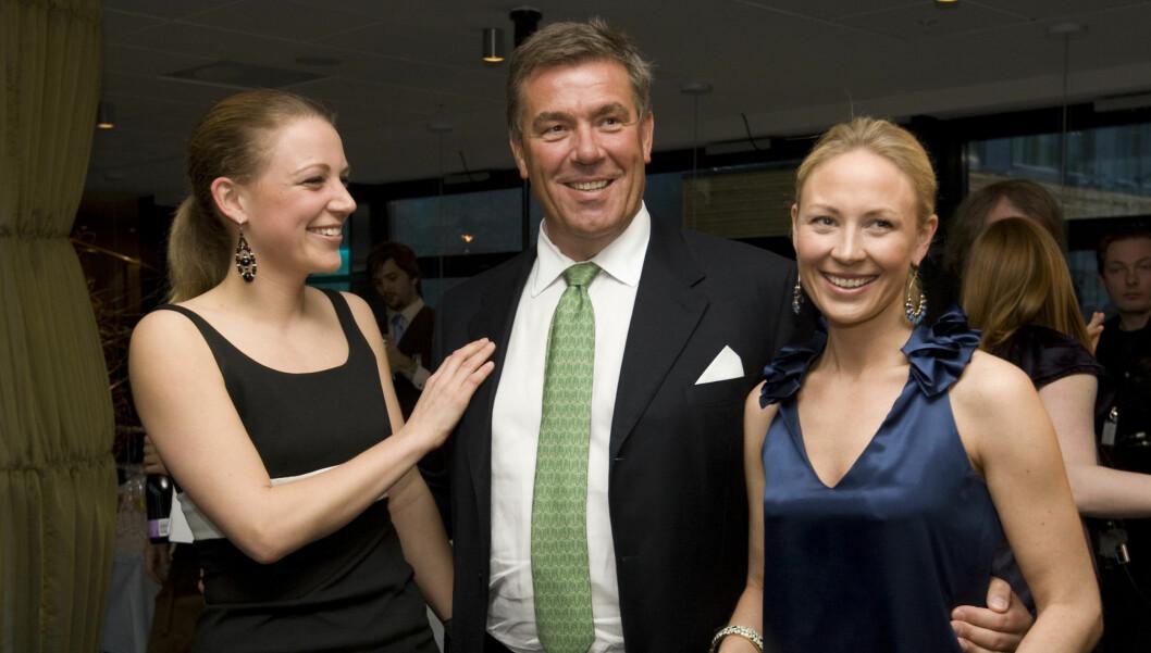 MÅ BETALE: - Det er nok jeg som må punge ut, sier Stein Erik Hagen om datteren Camillas (til høyre) brullupsplaner. Til venstre: Caroline Hagen. Foto: SCANPIX