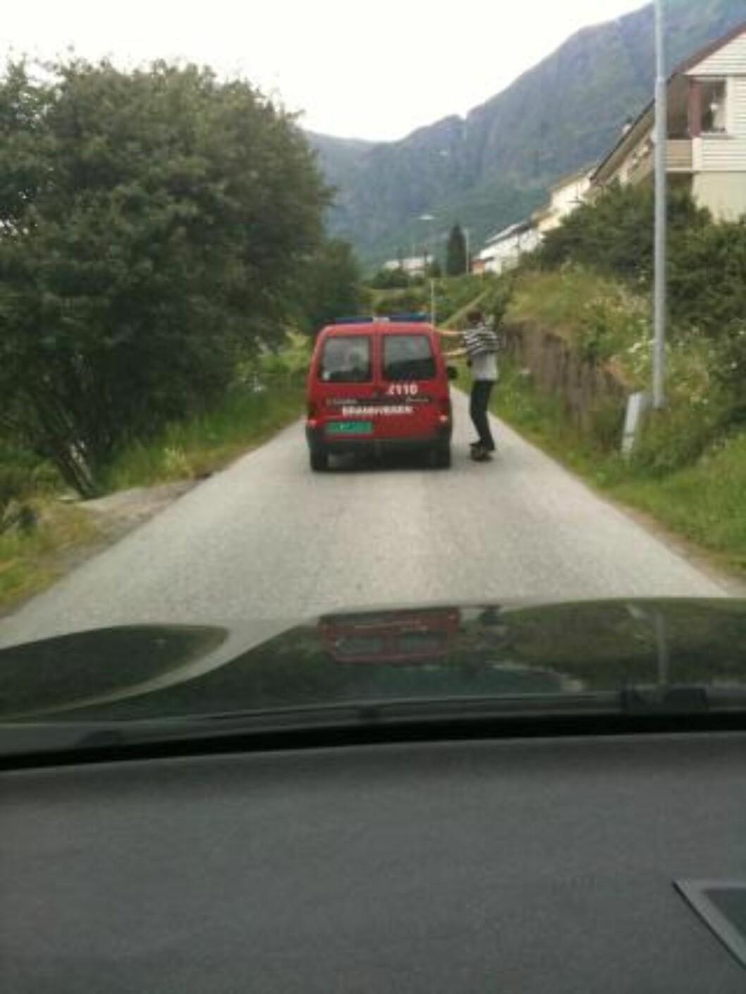 <strong>SMAL VEI:</strong>  Det er liten plass til møtende biler.