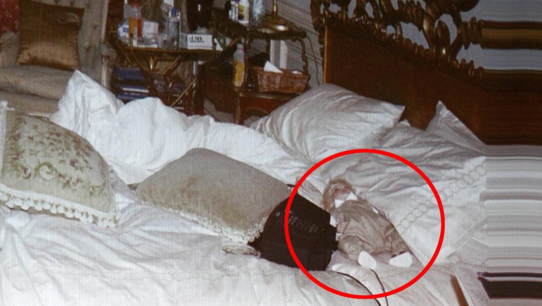 DUKKE I SENGA: I Michael Jacksons seng fant etterforskerne en dukke for barn, og på nattbordet står det en rekke medisiner.  Foto: Stella Pictures