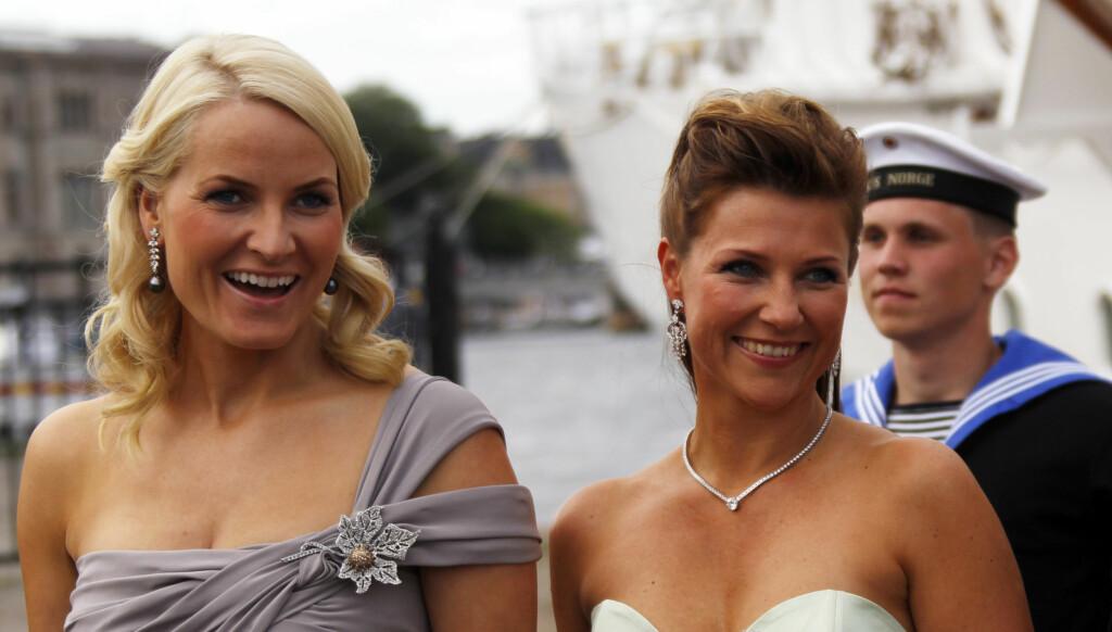 INGEN FEST SAMMEN: Kronprinsesse Mette-Marit, og prinsesse Märtha  forlater Kongeskipet Norge før festen på Drottningholm Slott i forbindelse med kronprinsesse Victorias bryllup. Men lørdag skal de ikke feste sammen. Foto: SCANPIX